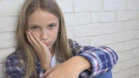 Droevig Kind, Ongelukkig Jong geitje, Ziek Ziek Meisje in Depressie, Beklemtoonde Nadenkende Persoon stock foto