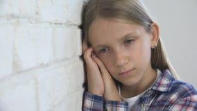 Droevig Kind, Ongelukkig Jong geitje, Ziek Ziek Meisje in Depressie, Beklemtoonde Nadenkende Persoon royalty-vrije stock foto's