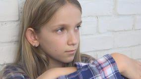 Droevig Kind, Ongelukkig Jong geitje, Ziek Ziek Meisje in Depressie, Beklemtoonde Nadenkende Persoon stock videobeelden