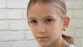 Droevig Kind, Ongelukkig Jong geitje, Ziek Ziek Meisje in Depressie, Beklemtoonde Nadenkende Persoon stock footage
