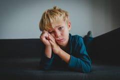 Droevig kind, spanning en depressie, bezorgdheid, uitputting stock foto's