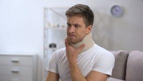 Droevig mannetje in schuim cervicale kraag die nauwelijks, voelen verstoord na trauma ademen stock videobeelden