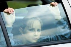 Droevig meisje in auto Stock Fotografie