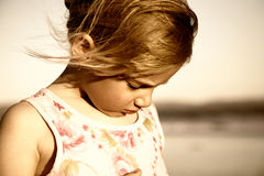 Droevig meisje bij het strand Royalty-vrije Stock Afbeeldingen