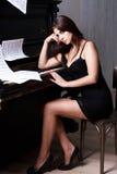 Droevig meisje dichtbij piano Royalty-vrije Stock Afbeelding