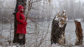 Droevig meisje die zich door de rivier bevinden stock video