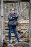 Droevig meisje die zich op de steen bevinden Stock Fotografie