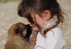 Droevig meisje en puppy Stock Fotografie