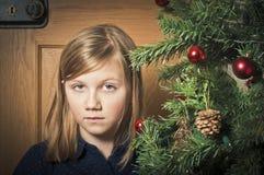 Droevig meisje in Kerstmistijd Stock Foto