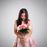 Droevig meisje met bos van rozen stock afbeelding
