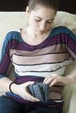 Droevig meisje met een beurs Stock Foto's