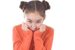 Droevig meisje met handen op kin Stock Fotografie
