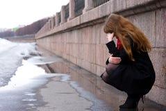 Droevig meisje met lang rood haar Stock Fotografie