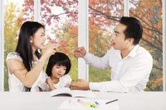 Droevig meisje met ouders het ruzie maken Stock Fotografie