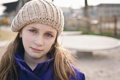 Droevig meisje met scheuren Stock Foto's