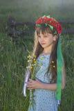Droevig meisje met wilde bloemen Stock Foto's