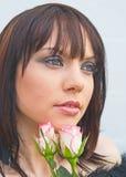 Droevig meisje met witte en roze rozen. Stock Afbeeldingen