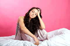 Droevig meisje op bed Stock Foto