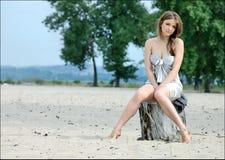 Droevig meisje op het strand Stock Fotografie