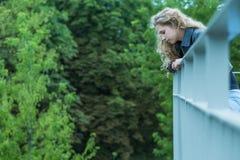Droevig meisje op het viaduct Royalty-vrije Stock Foto