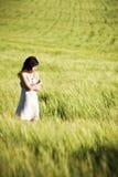 Droevig meisje op weide Royalty-vrije Stock Foto's