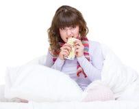Droevig meisje in sjaal met pillen Royalty-vrije Stock Afbeeldingen