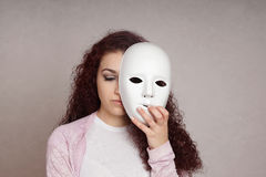 Droevig meisjes verbergend gezicht achter masker royalty-vrije stock foto's