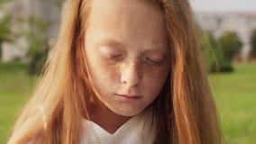 Droevig mooi meisje met beledigd gezicht stock video