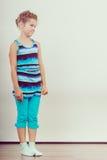 Droevig ongelukkig meisjejong geitje in studio royalty-vrije stock afbeelding