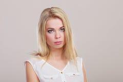 Droevig ongelukkig meisjesportret op grijs stock foto's