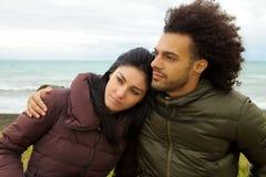 Droevig paar die voor oceaan in de winter koesteren die slechte close-up voelen Royalty-vrije Stock Foto