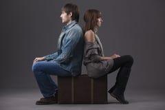 Droevig paar met koffer Stock Fotografie