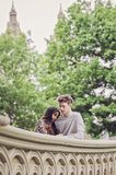 Droevig paar op Brug in Central Park Stock Fotografie