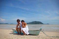 Droevig paar op strand royalty-vrije stock afbeeldingen