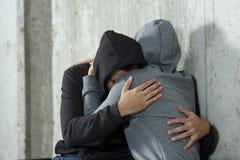 Droevig paar van tienerjaren tijdens verzoening stock foto