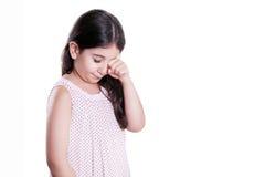 Droevig schreeuwend ongelukkig klein mooi meisje met donkere haar en ogen Studioschot, stock fotografie