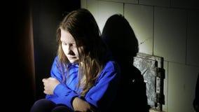 Droevig tienermeisje die dichtbij over iets denken 4k UHD stock videobeelden