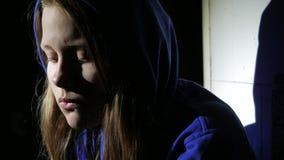 Droevig tienermeisje die dichtbij over iets denken Sluit omhoog 4k UHD stock footage