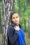 Droevig tienermeisje onderzoekend de camera royalty-vrije stock fotografie
