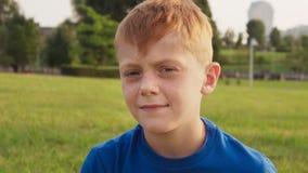 Droevig weinig jongen die met strenge starende blik camera bekijken stock videobeelden