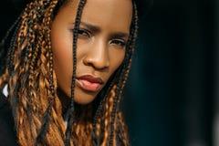 Droevige Afrikaanse Amerikaanse vrouw Wantrouwende emotie royalty-vrije stock foto's