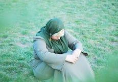 Droevige alleen moslimvrouwen Stock Foto's