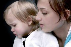 Droevige baby met mama Royalty-vrije Stock Afbeeldingen