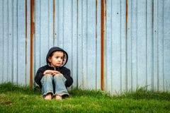 Droevige Dakloze Jongen stock afbeelding