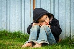 Droevige Dakloze Jongen stock foto