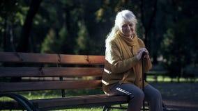 Droevige eenzame oude vrouwenzitting op bank in park, verlaten bejaarde alleen mensen royalty-vrije stock foto's
