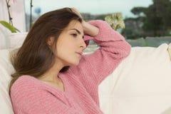Droevige eenzame vrouw thuis in de winter peinzend hart gebroken close-up Royalty-vrije Stock Afbeeldingen