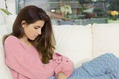 Droevige eenzame vrouw thuis in gebroken de winter peinzend hart Royalty-vrije Stock Afbeelding