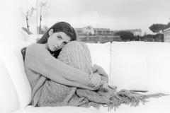 Droevige eenzame vrouw thuis in zwart-wit gebroken de winter peinzend hart Stock Foto's