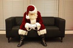 Droevige en gedeprimeerde Santa Claus die op Kerstmisbaan wachten Stock Foto's